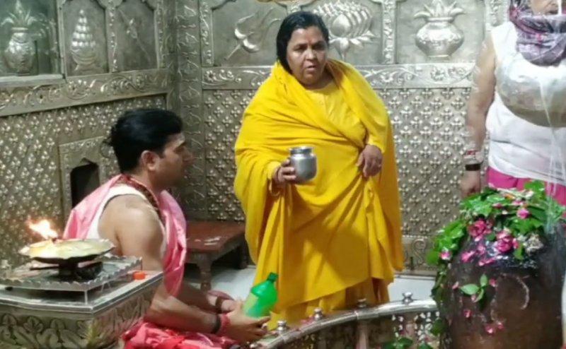 संन्यासी वेशभूषा में उमा भारती के महाकाल के भस्मारती में शामिल होने से पुजारी नाराज