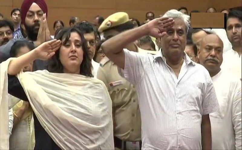 RIP Sushma Swaraj: अंतिम संस्कार से पहले सुषमा स्वराज को पति और बेटी ने दी सलामी