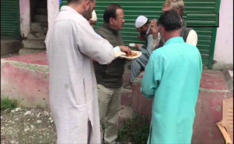 शोपियां की सड़कों पर कश्मीरियों के साथ खाना खाते दिखे NSA अजीत डोभाल