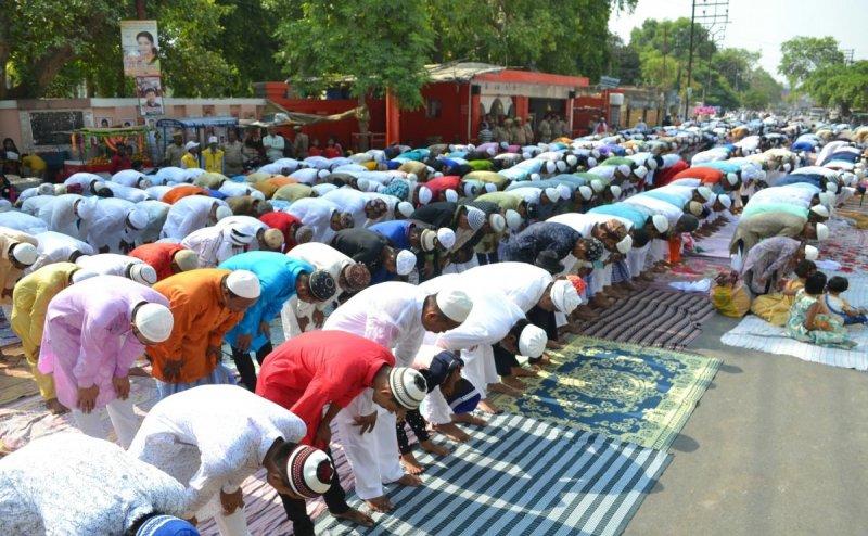 योगी सरकार का फरमान, पूरे यूपी में सड़कों पर नमाज अदा करने पर बैन