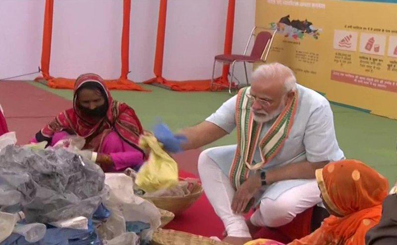 मथुरा में महिलाओं संग बैठकर कचरा छांटे PM मोदी, प्लास्टिक के खात्मे का किया शंखनाद