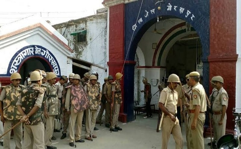 गोरखपुरः जेल में कैदियों ने काटा बवाल, जेलर से हाथापाई, पुलिसकर्मियों पर बरसाए पत्थर