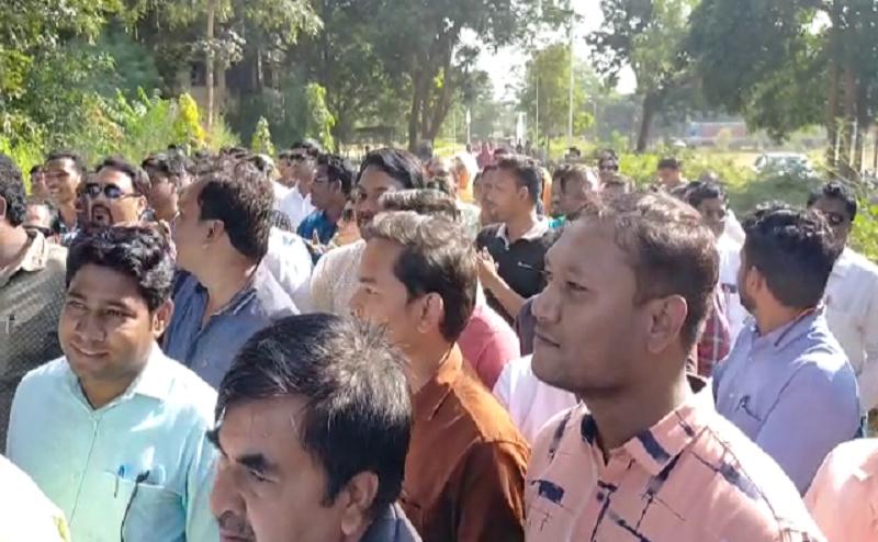 5 को 25 एकड़ बनाने वाले पटवारी की  गिरफ्तारी के विरोध में पटवारी संघ का प्रदर्शन