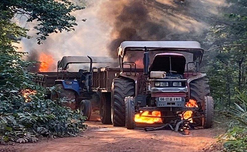 Naxalite Attack : नारायणपुर में नक्सलियों ने 3 ट्रैक्टर जलाए, सड़क मरम्मत में लगे सैकड़ों परिवारों के सामने भोजन का संकट