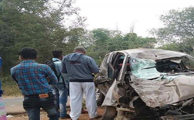 तेज़ रफ़्तार कार टकराई पेड़ से, एक की मौत, दो घायल