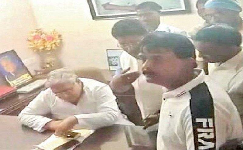 Municipal elections: विधायक के घर में पार्षद पद की दावेदारी को लेकर कांग्रेसी नेताओं में सिर फुटव्वल