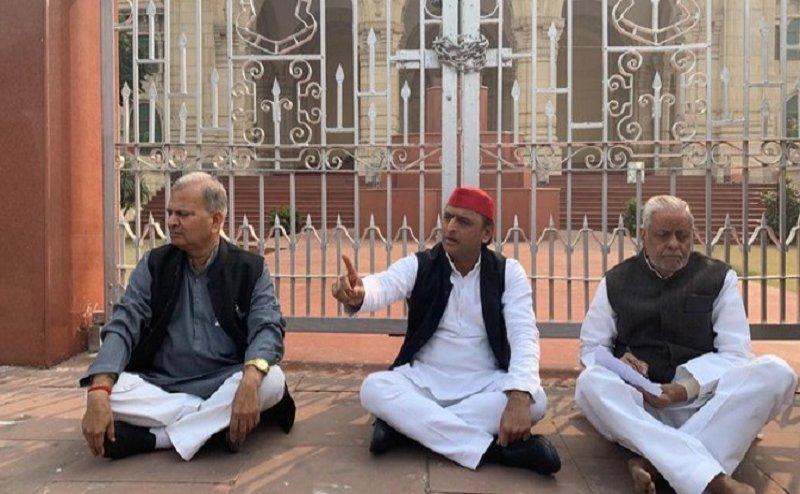 उन्नाव रेप पीड़िता की मौत के बाद अखिलेश यादव बैठे धरने पर, प्रियंका गांधी का सीएम योगी पर निशाना
