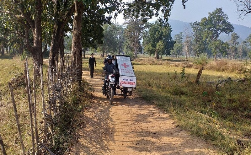 मोटर साइकल को जुगाड़ से बनायई एंबुलेंस, अब तक 1000 प्रसव