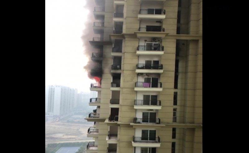 नोएडा: Sector 75 स्थित सोसायटी में लगी आग, 14वीं माले का फ्लैट पूरा जल कर खाक