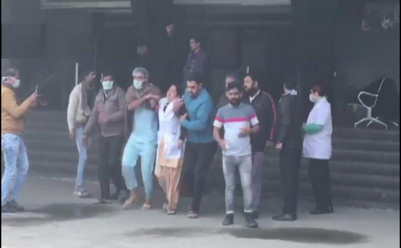 नोएडा के ESI अस्पताल में भीषण आग, 50 से ज्यादा मरीजों को दूसरी जगह शिफ्ट किया गया
