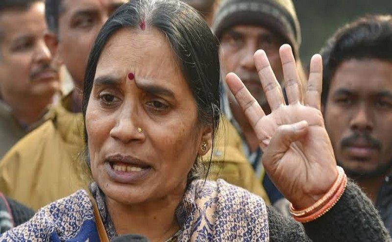 वकील इंदिरा जयसिंह की सलाह पर भड़कीं निर्भया की मां, बोलीं- ऐसे ही लोगों की वजह से बच जाते हैं रेपिस्ट