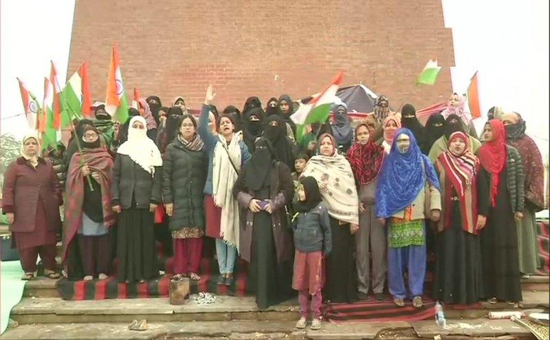 CAA-NRC के खिलाफ लखनऊ में भी 'शाहीन बाग', बच्चों संग प्रदर्शन कर रही महिलाएं