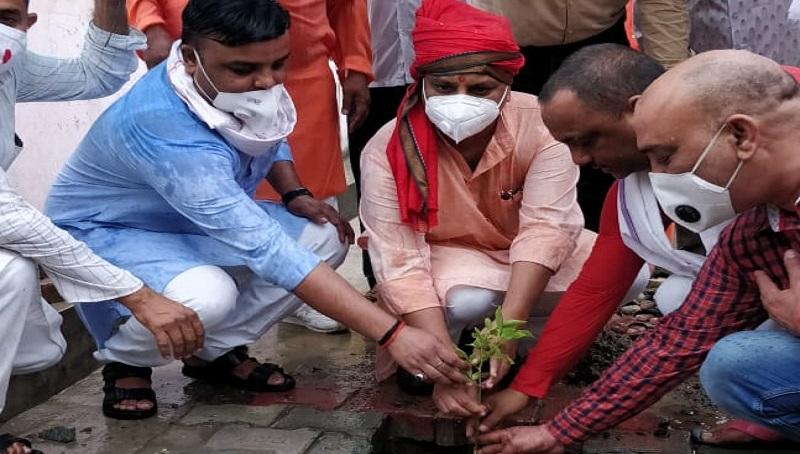 सीएम योगी के जन्मदिन के मौके पर गोरखपुर में बीजेपी नेताओं ने किया वृक्षारोपण