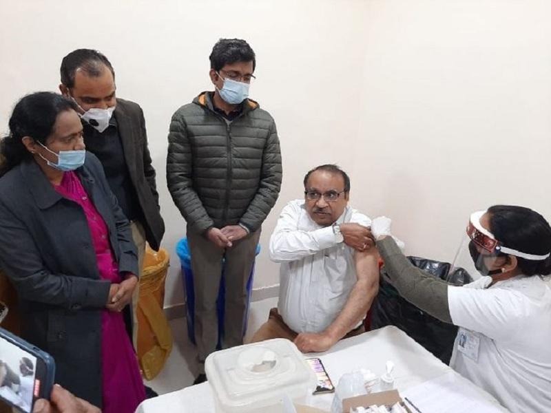 कोविड महामारी के खिलाफ अभियान शुरू; मेरठ में CMO को लगा पहला टीका, पहले दिन 700 लोगों को लगेगा टीका