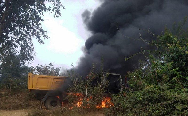 नक्सलियों ने वाहनों को कथित रुप से लगाई आग
