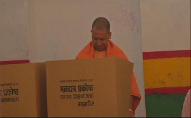 गोरखपुर में मुख्यमंत्री योगी आदित्यनाथ ने डाला वोट - कहा निकाय चुनाव में बीजेपी को भारी जीत मिलेगी