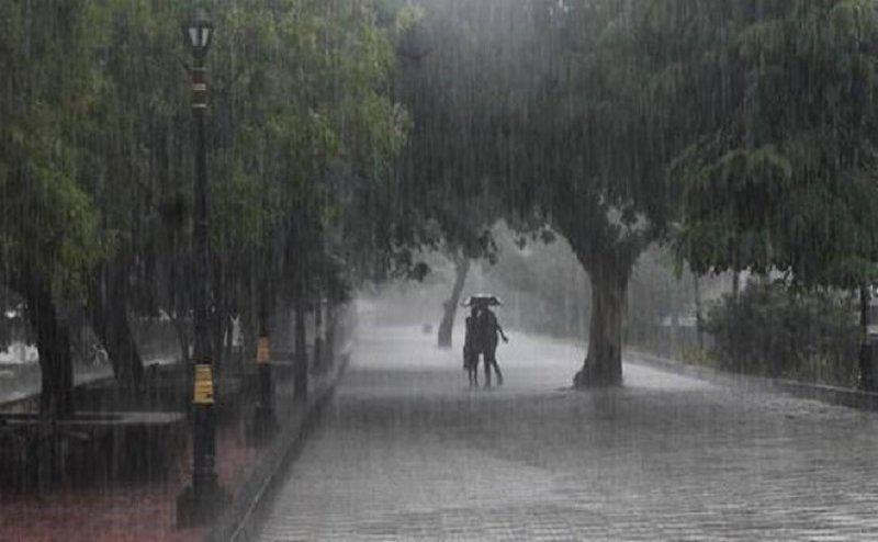 Delhi NCR: काले बादलों से मौसम सुहावना, झमाझम बारिश का मजा लेने लगे लोग