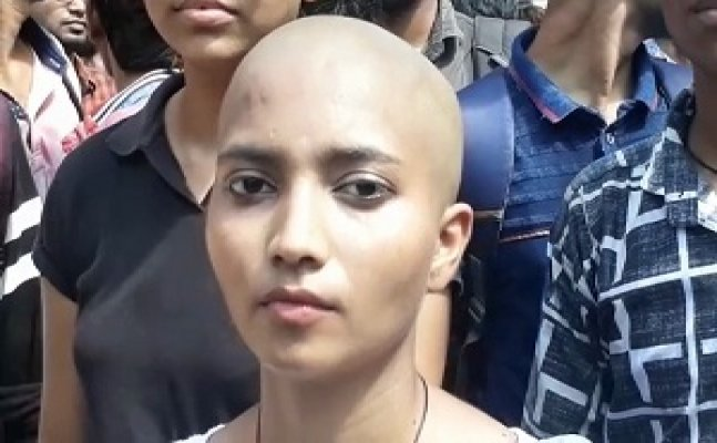 देखिए पीएम साहब ! वाराणसी में शोहदों से परेशान छात्रा ने मुंडवाया सिर