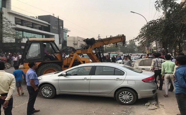 गैर पार्किंग के खिलाफ नोएडा अथॉरिटी की कार्रवाई, कई ठेलों को हटाया