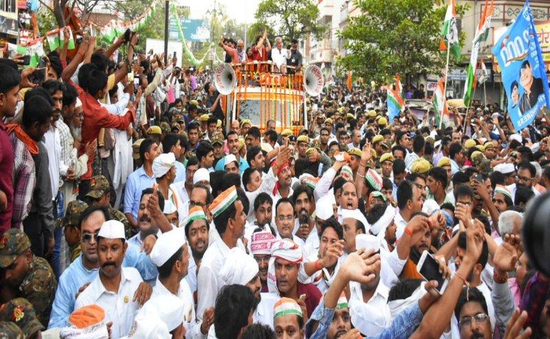 काशी में दिखा प्रियंका गांधी का शक्ति प्रदर्शन, रोड शो में उमड़ा जनसैलाब