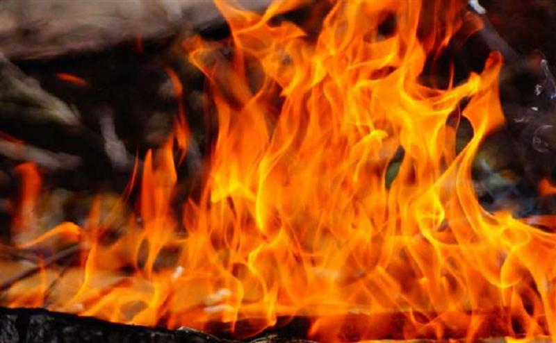 पति से झगड़े पर पत्नी ने दो बेटियों सहित केरोसिन डाल लगाई आग, तीनों की दर्दनाक मौत