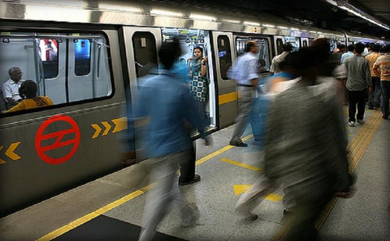 मेट्रो स्टेशन पर शर्मनाक हरकत, युवती के सामने एक शख्स करने लगा `गंदा काम`