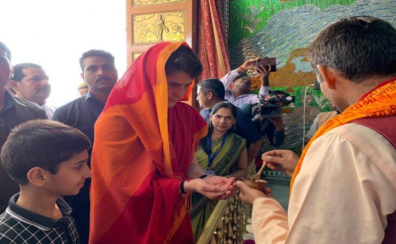 Lok Sabha Election 2019: विध्यांचल मंदिर मंदिर में दर्शन-पूजन कर अगले पड़ाव की ओर रवाना हुईं  प्रियंका