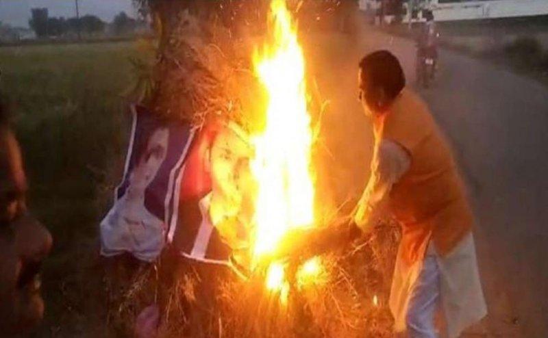 Lok Sabha Election 2019: बीजेपी नेता ने होलिका दहन में जलाए मायावती- अखिलेश के पोस्टर, केस दर्ज