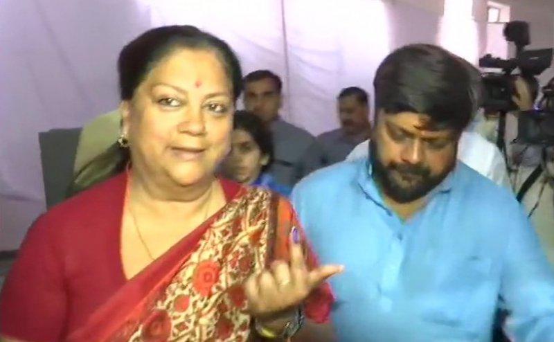 Lok Sabha Election 2019: राजस्थान की 13 सीटों पर वोटिंग जारी, पूर्व सीएम वसुंधरा राजे ने डाला वोट