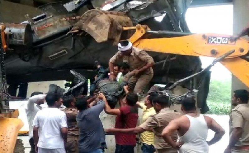 आगरा बस हादसा: सुबह 4:30 बजे ड्राइवर की झपकी से मौत की आगोश में समाए 29 लोग, नाले में लाश ही लाश(तस्वीरें)