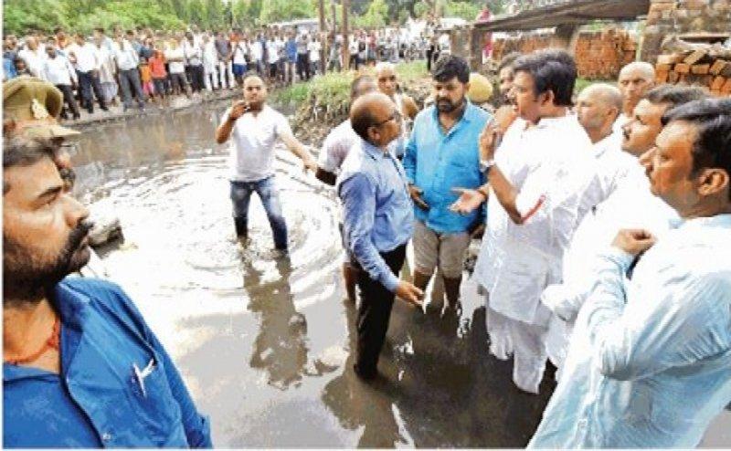 एक्शन में गोरखपुर के सांसद: गंदे पानी में नंगे पांव उतरे रवि किशन, जल भराव का लिया जायजा