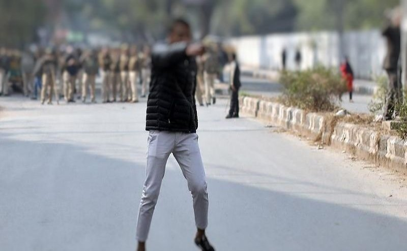 जामिया के पास हो रहे CAA के खिलाफ प्रदर्शन में बंदूक लेकर घुसा युवक, फायरिंग कर बोला- `ये लो आजादी`