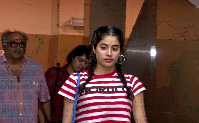VIDEO! Janhvi Kapoor nails summer style in crop top and denims