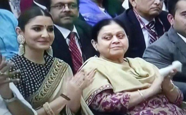 Anushka smiles proudly as Virat Kohli receives Rajiv Gandhi Khel Ratna Award