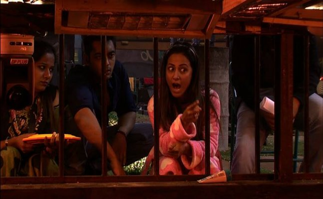 Bigg Boss 11 Oct 19th updates: Arshi Khan spits on Hina Khan