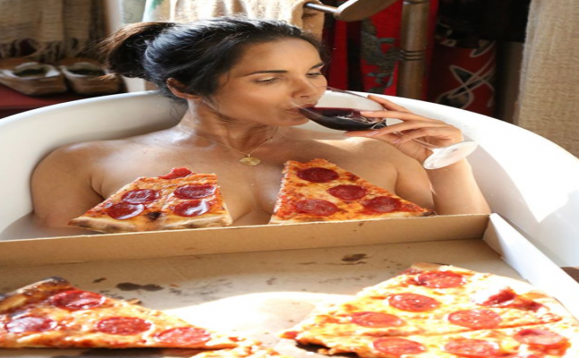 VIRAL PIC: Padma Laxmi in bathtub goes naked with pizza