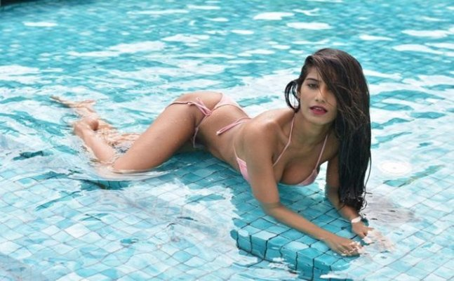 Poonam Pandey flashes her cleaved valley, poses for scorching HOT bikini pics