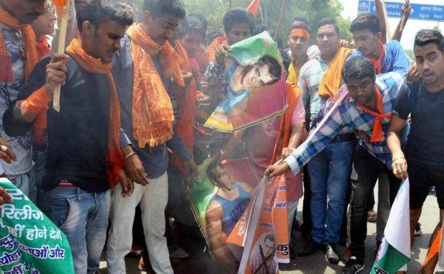 Pravin Togadia's associate declares Rs 2 lakh award for thrashing Salman Khan