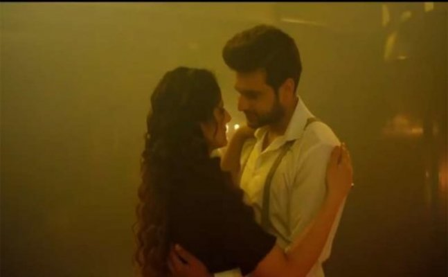 Zareen Khan, Karan Kundra steam it up in this ROMANTIC TRACK