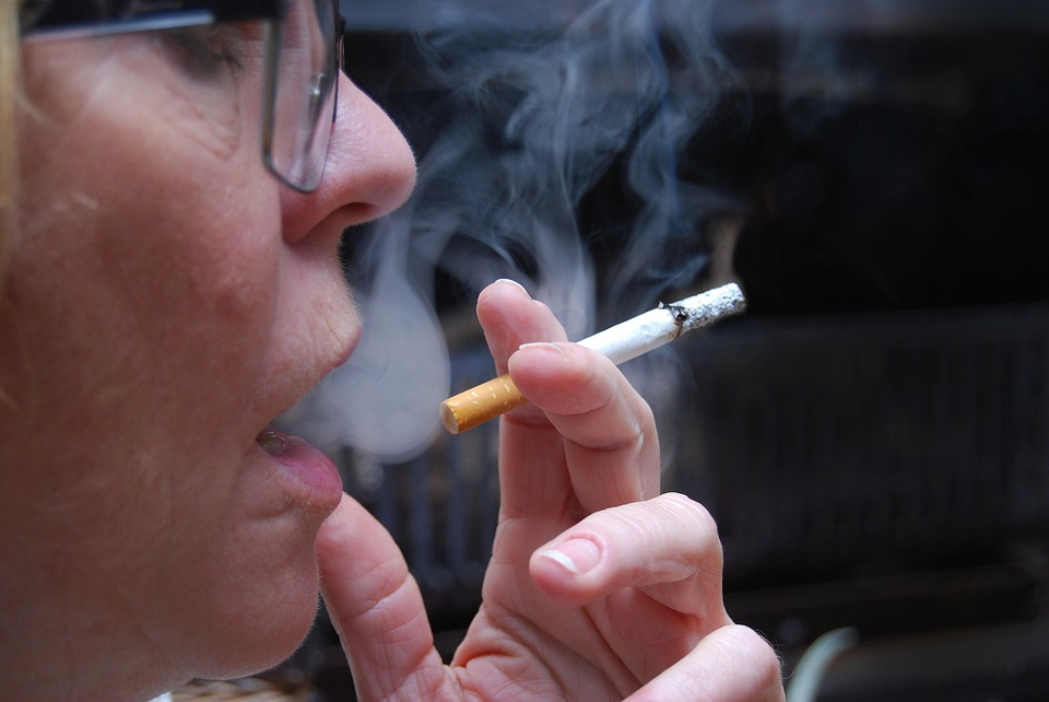 Does smoking impacts women differently?
