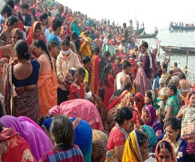 Devotees take dip in Ganga flouting COVID protocols in Bihar