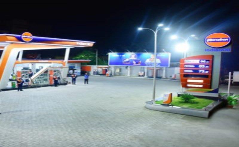 Petrol Pump in Bharuch celebrates Neeraj Chopra's gold victory by gifting free fuel worth Rs 500 to every 'Neeraj'