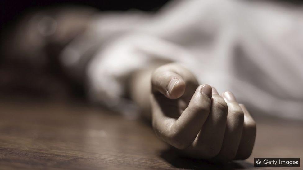 Man kills wife by slitting her throat