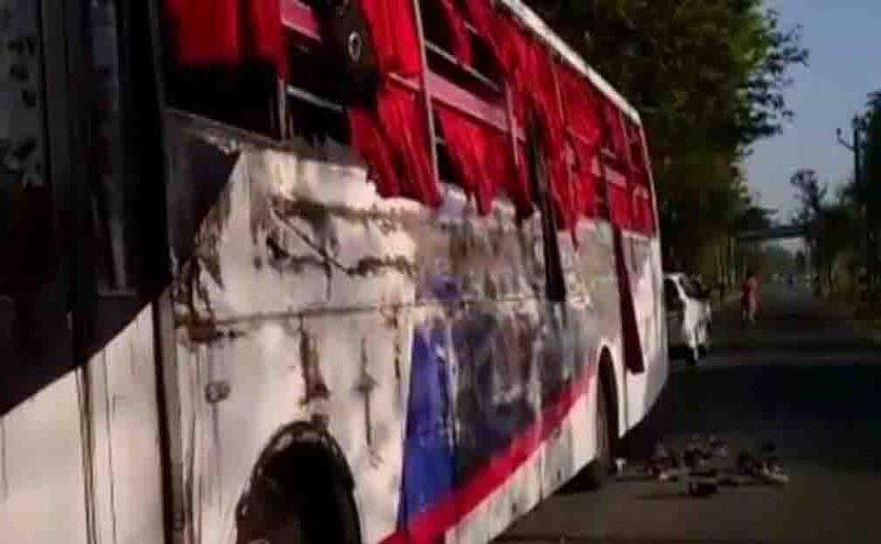 Passenger bus collides at Agra-Lucknow e-way near Mainpuri, 1 killed, 24 injured