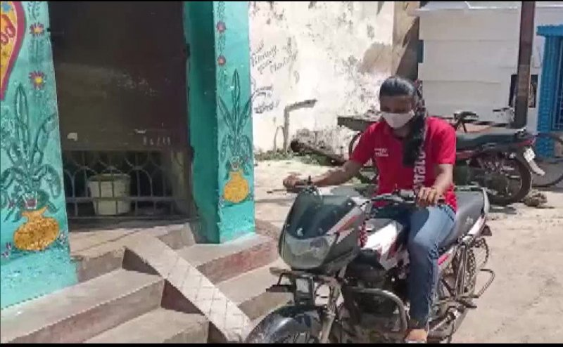 18-year-old Bishnupriya Swain becomes Cuttack's only female Zomato delivery agent after her father lost his job