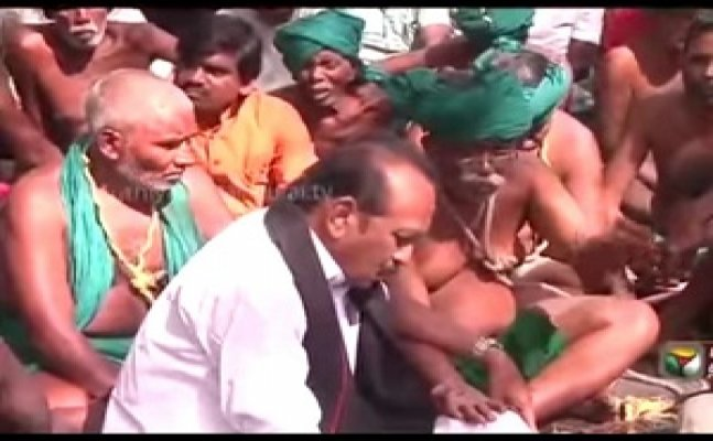 Vaiko meets protesting farmers in Delhi, promises agitation if Centre doesn`t meet demands