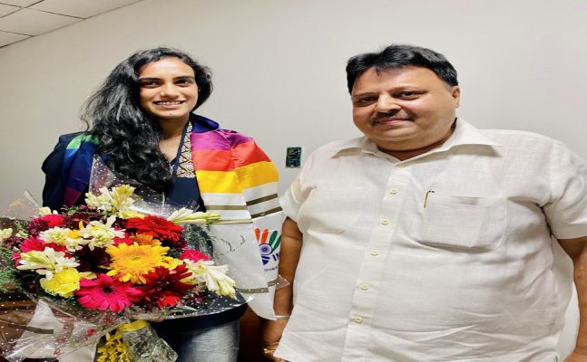 PV Sindhu receives warm welcome on his arrival, 1st Indian to win two consecutive Olympic medals