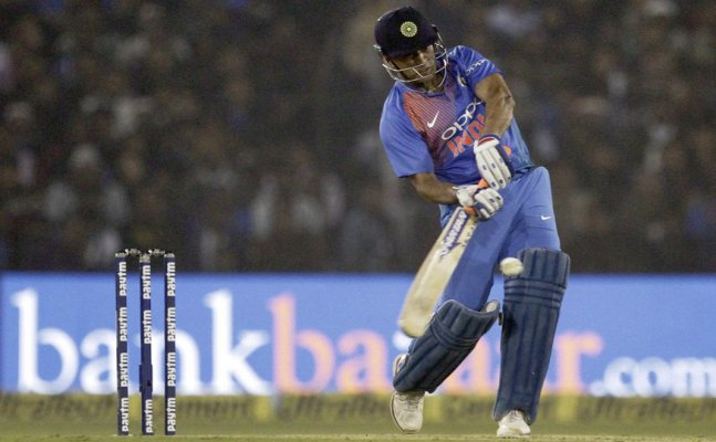 Watch: Dhoni bowling ahead of all-important 5th ODI