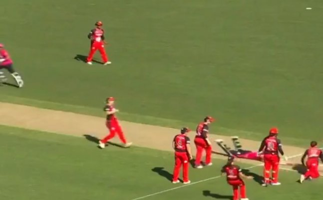 Watch: Renegade celebrate too early, Sydney Sixers steal quick single to tie match