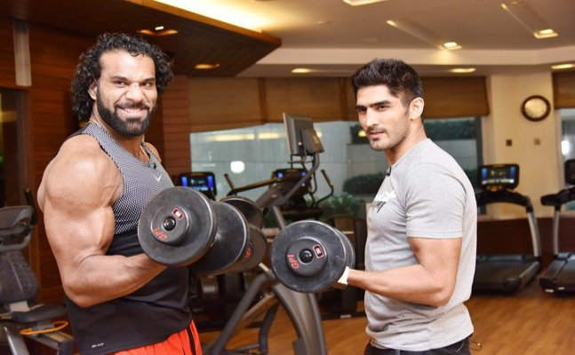 Jinder Mahal meets Vijender Singh, plays cricket